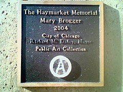 Placa del pedestal de la escultura del Haymarket Memorial. Nótese que el nombre del alcalde ha sido borrado y el sello de la ciudad cubierto con una a circulada