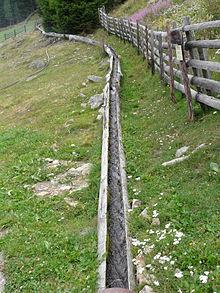 https://upload.wikimedia.org/wikipedia/commons/thumb/e/e3/Holzrinnenwaal_Martelltal.jpg/220px-Holzrinnenwaal_Martelltal.jpg