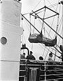 In- of uitladen van een racewagen van een schip, Bestanddeelnr 934-5237.jpg