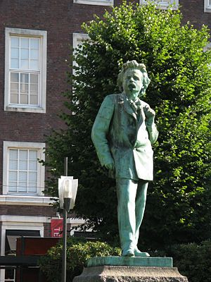Edvard Grieg - Edvard Grieg statue by Ingebrigt Vik in Bergen