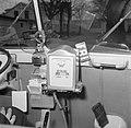Interieur van een volkswagen taxibusje met onder andere een taximeter, Bestanddeelnr 252-8846.jpg