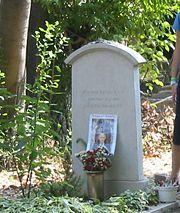 Общий вид могилы в Венеции, остров Сан-Микеле, 2004. Люди оставляют камешки, письма, стихи, карандаши, фотографии