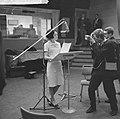 Joan Haanappel bij Phonogram te Hilversum, Joan Haanappel tijdens opname, Bestanddeelnr 917-0142.jpg