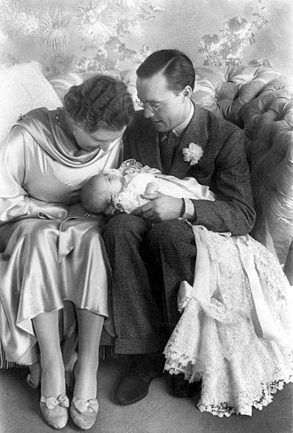 Beatrix of the Netherlands - Princess Beatrix in February 1938 with her parents Princess Juliana and Prince Bernhard