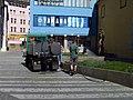 Jungmannovo náměstí, zalévání záhonů.jpg