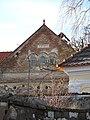 Křížov (Korkyně), štít domu s okénky.JPG