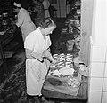 Koks in een productie keuken bereiden grote hoeveelheden smørrebrød, Bestanddeelnr 252-9040.jpg