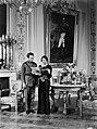 Koning Leopold III en koningin Astrid kijken een Zweeds tijdschrift in op de ac, Bestanddeelnr 190-0631.jpg