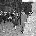 Koningin Juliana en prins Bernhard inspecteren de erewacht, Bestanddeelnr 918-8580.jpg