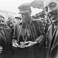 Kranslegging door bevrijde Franse politieke gevangenen op het graf van de Onbeke, Bestanddeelnr 900-2609.jpg