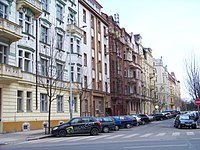 Krkonošská, od Slavíkovy, levá strana.jpg