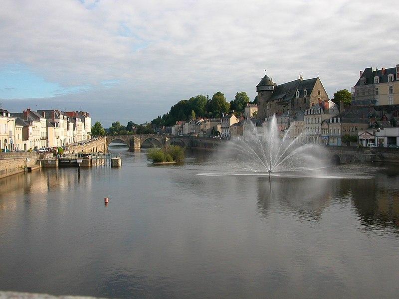La Mayenne, le Pont Vieux et le château de Laval (Mayenne)