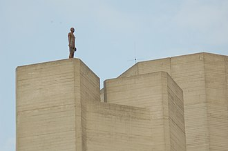 Antony Gormley - Image: London National Theatre with sculpture