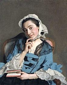 Portrait d'une femme assise, la tête penchée, tenant d'une main un livre, l'autre sur le menton, l'expression coquette.