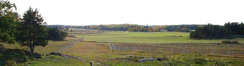Lovöns kulturlandskab har set fra Ralph Erskines Kassen i oktober 2009.   I baggrunden ses Lovö kirkes tårnspids.