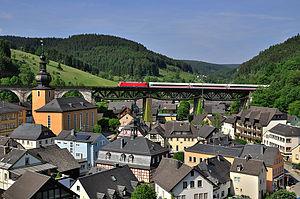 Ludwigsstadt - DB train passing Trogenbach viaduct
