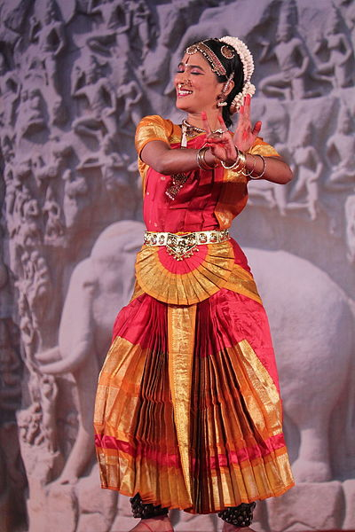 File:Mamallapuram, Indian Dance Festival, Bharatanatyam dancer (9902911205).jpg