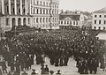 Marraskuun manifestia jaetaan senaatintorilla 6.11.1905.jpg