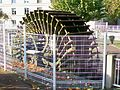 Mouy (60), roue à aubes d'un ancien moulin sur le Thérain, jardin public, avenue du 8 mai 1945.jpg