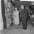 Mr DU Stikker en diens echtgenote wordt door koningin Juliana op Paleis Soest, Bestanddeelnr 916-6274.jpg