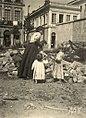 Mulher com crianças em terreno baldio - Vincenzo Pastore.jpg