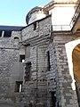 Mur de la chemise du donjon vu depuis la cour intérieure, château de Vincennes 02.jpg