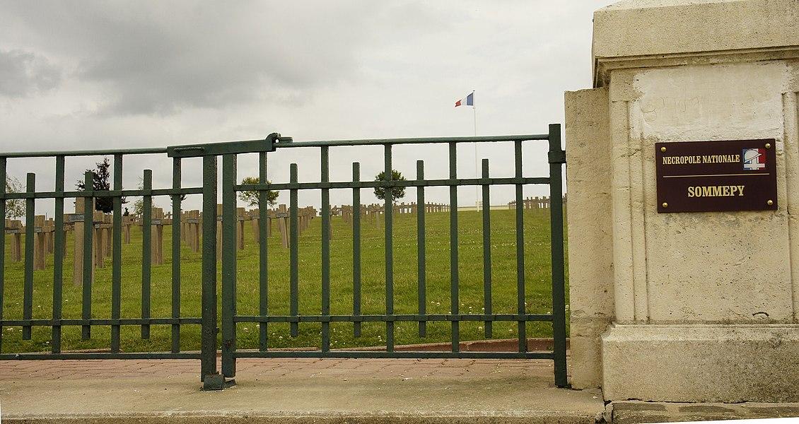 Entrée de la nécropole nationale de Sommepy Tahure ayant recueilli 2 201 corps de combattants français.