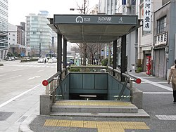 Nagoya-subway-Marunouchi-station-entrance-4-20100315.jpg