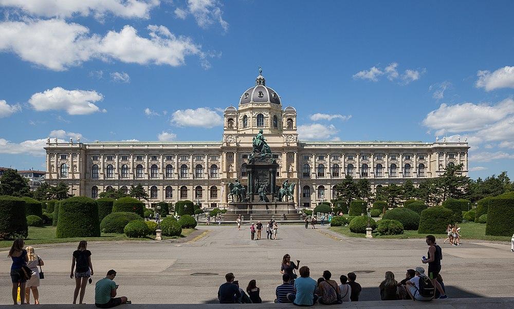 Naturhistorisches Museum, Wien - Blick von der Westseite des KHM-0004-Bearbeitet.jpg