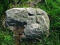 Niedersachsen, Rosengarten, nördlich von Sieversen, nordwestlich von Klein-Leversen, Wanderblockteilstück mit eingehauenem Kreuz, Naturdenkmal ND WL 00016.jpg