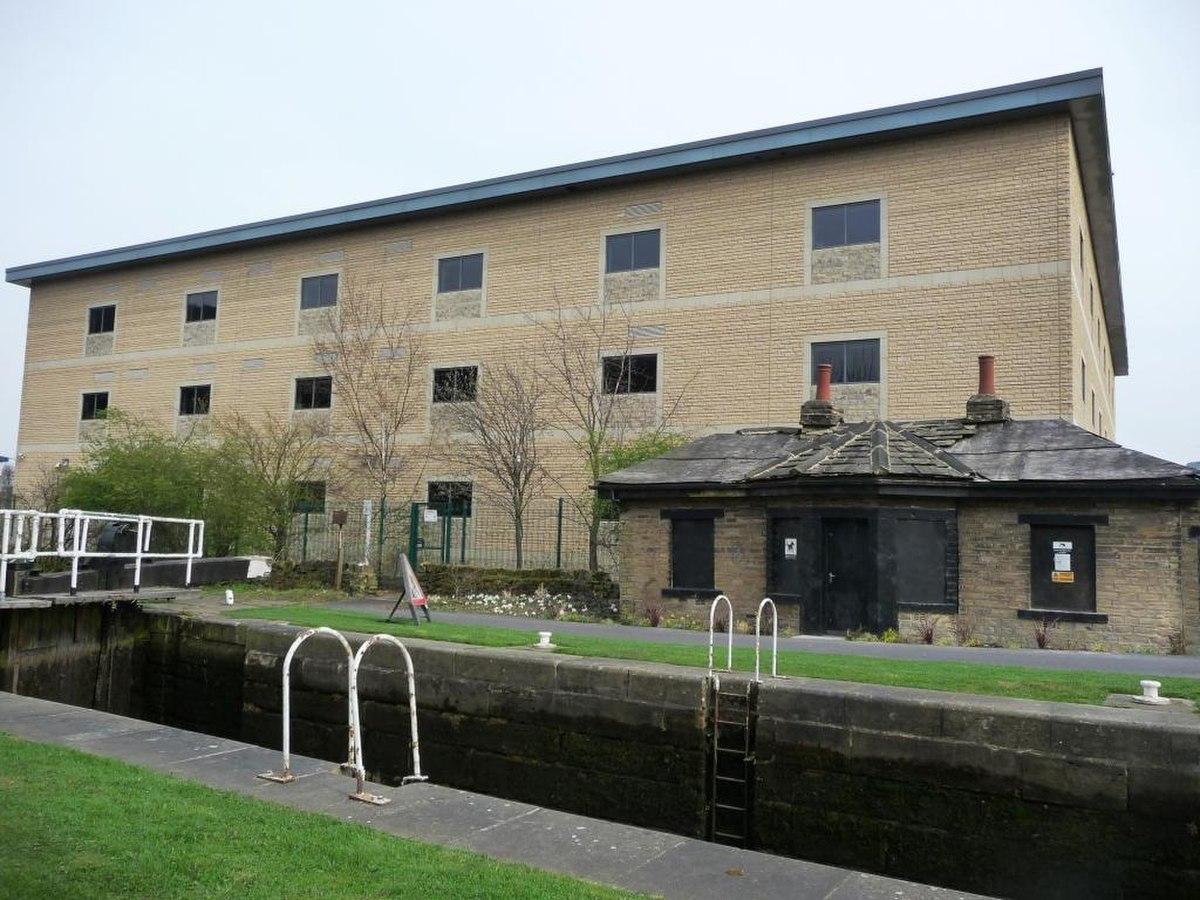 Old and new at Elland Lock - geograph.org.uk - 1804473.jpg