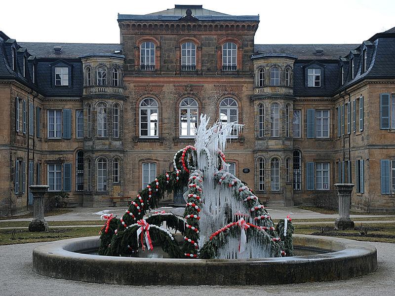 Fuente con decoración navideña, repleta de carámbanos, palacio Fantasía, en Eckersdorf, Bayreuth (Alemania).