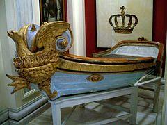 Η λέμβος Ουρανία, φτιαγμένη ειδικά για τον Όθωνα και την Αμαλία με το χαρακτηριστικό ξυλόγλυπτο επίχρυσο ακρόπρωρο του αναγεννημενου εκ της στάκτης Φοίνικα μετά εμβόλου τρίαινας - (Εθνικό Ιστορικό Μουσείο, Αθήνα)