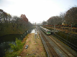 Ōu Main Line - Passing the moat of Yamagata Castle Site   left: Narrow gauge right:Standard gauge