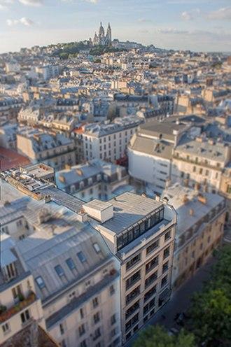 Paris College of Art - Front: Paris College of Art headquarters in the 10th arrondissement of Paris. Sacré-Cœur at the back.