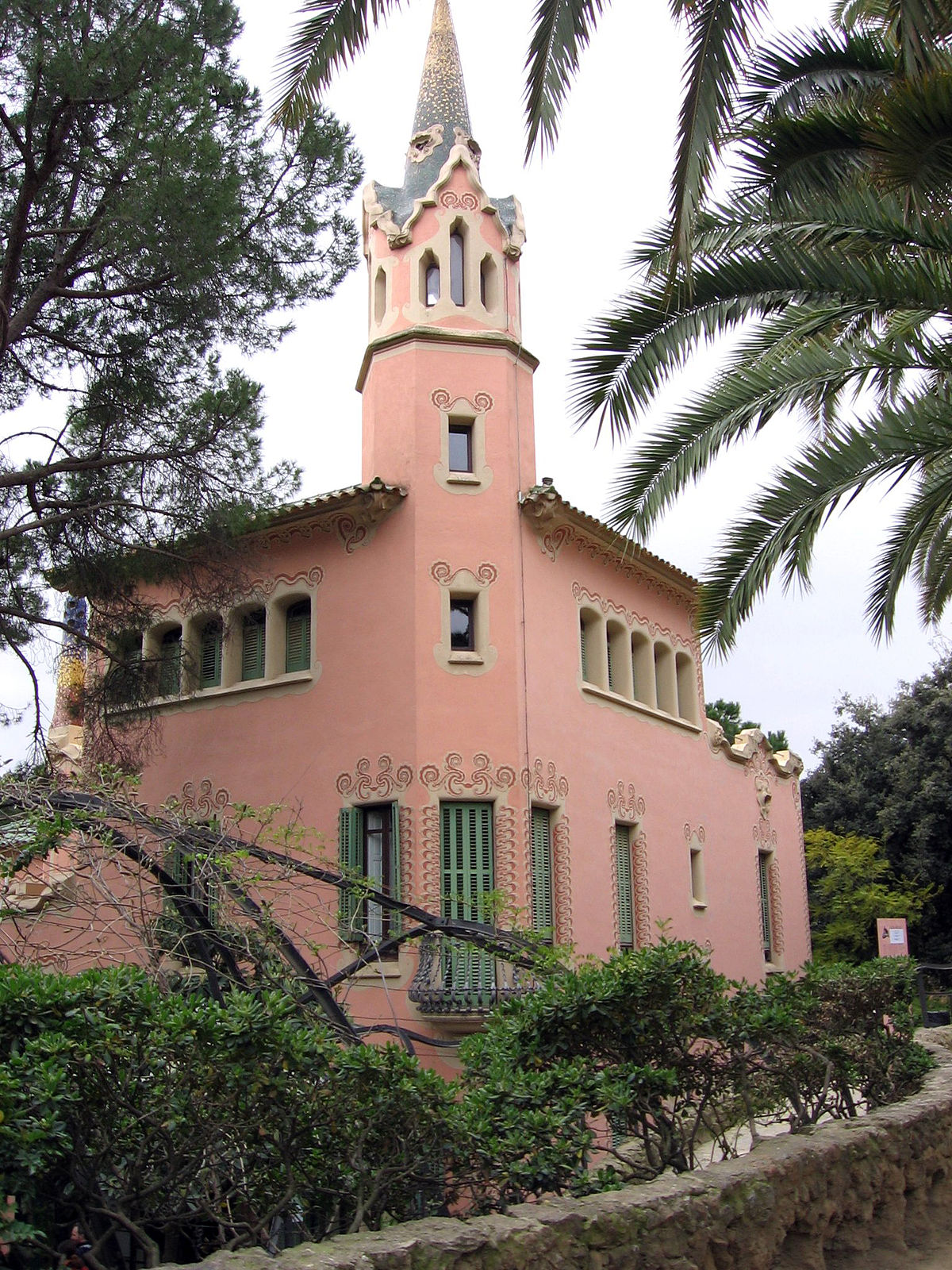 Gaudijeva arhitektura - Page 4 1200px-Park_G%C3%BCell_-_Casa_Museu_Gaud%C3%AD