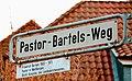 Pastor-Bartels-Weg, Straßenschild Legende Friedrich Bartels 1903 - 1973, Pastor in Wettbergen, Geistl. Vizepräsident des Landeskirchenamtes Hannover.jpg