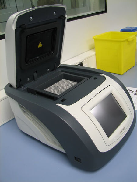Idag körs PCR rutinmässigt i sådana här PCR-maskiner.