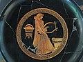 Pittore di bygos, coppa attica a figure rosse da vulci, con donna con la lira davanti a un altare, 480 ac. ca.JPG