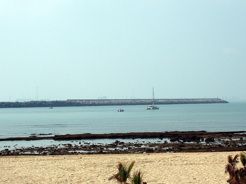 Playa de la Puntilla con el espigón de fondo en bajamar (El Puerto de Santa María, Cádiz)