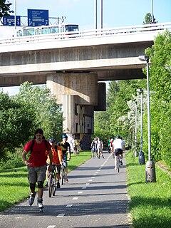 Pobřežní cesta, pod Barrandovským mostem