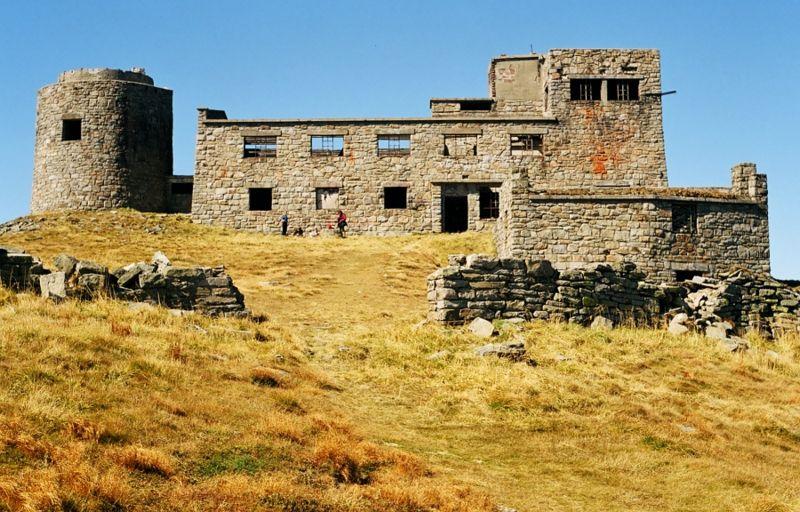 Soubor:Pop Iwan ruiny obserwatorium.jpg