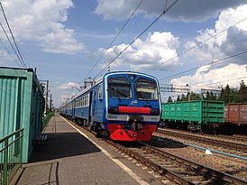 Povarovo-3 railway station (train near platform).JPG