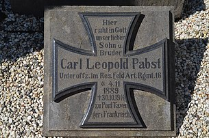 Tombe de Carl Leopold Pabst, sous-officier des forces armées de l'Empire allemand mort en France en 1914 lors de la Première Guerre mondiale et enterré à Raeren, commune alors située en Allemagne et rattachée à la Belgique par le traité de Versailles en 1919.  (définition réelle 4928×3264)
