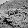 Resten van een antiek badhuis en een reclamebord voor de geneeskrachtige baden b, Bestanddeelnr 255-4114.jpg