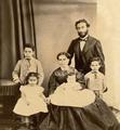 Retrato de família Bensaúde - Alfredo, Esther, Raquel, Raul (ao colo), José e Joaquim (1866).png