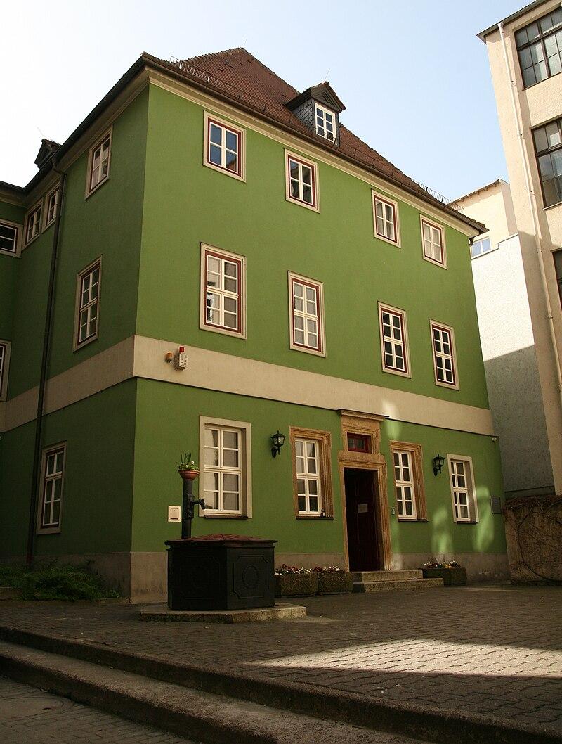 Tomukas – Thomas Holbach – Eigenes Werk Romantikerhaus in Jena im April 2011. CC BY-SA 3.0 Romantikerhaus Jena.jpg Erstellt: 10. April 2011 Standort: 50° 55′ 38,74″ N, 11° 35′ 23,14″ E