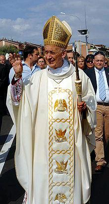 Il cardinale Camillo Ruini indossa una casula con colletto largo e stolone centrale