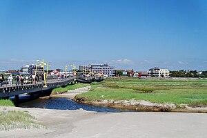Blick auf die Erlebnispromenade mit dem Zugang zum Strand über die Strandbrücke