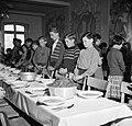 Schipperskinderen bidden voor het eten, Bestanddeelnr 254-1694.jpg